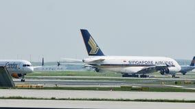 El aeroplano de Singapore Airlines consigue listo para el despegue