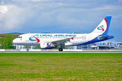 El aeroplano de Ural Airlines Airbus A319 está aterrizando en el aeropuerto internacional de Pulkovo en St Petersburg, Rusia Fotos de archivo libres de regalías