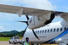 El aeroplano del ATR 72-600 en pista del taxi del aeropuerto con las hierbas coloca Imagen de archivo libre de regalías