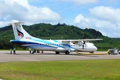 El aeroplano del ATR 72-600 en pista del taxi del aeropuerto con las hierbas coloca Fotografía de archivo libre de regalías