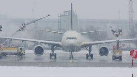 El aeroplano en descongela el cojín, descongelando, aeropuerto de Munich metrajes