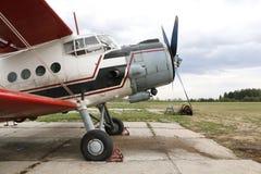 El aeroplano en la pista de despeque foto de archivo libre de regalías