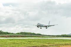 El aeroplano está aterrizando en el aeropuerto antes de acercarse de la tormenta Fotos de archivo