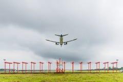 El aeroplano está aterrizando en el aeropuerto antes de acercarse de la tormenta Imagenes de archivo