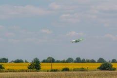 El aeroplano está aterrizando sobre los girasoles fotos de archivo libres de regalías