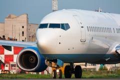 El aeroplano gira la pista Imágenes de archivo libres de regalías