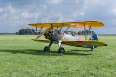 El aeroplano histórico con el piloto está listo para sacar Imagenes de archivo