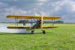 El aeroplano histórico con el piloto está listo para sacar Fotografía de archivo libre de regalías