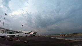 el aeroplano 4K se prepara para saca del aeropuerto internacional de Kuala Lumpur almacen de video