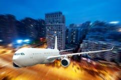 El aeroplano lejos de la ciudad Foto de archivo libre de regalías
