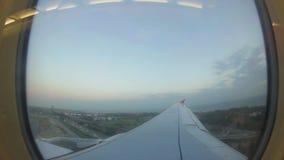 El aeroplano llegó el aeropuerto almacen de video