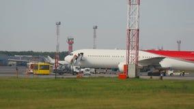 El aeroplano llegó, los pasajeros deja el avión metrajes