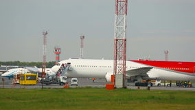 El aeroplano llegó, los pasajeros deja el avión almacen de metraje de vídeo
