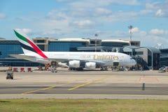 El aeroplano más grande del pasajero - Airbus A380-861 A6-EEN de la línea aérea de los emiratos en el aeropuerto de Malpensa Fotografía de archivo libre de regalías