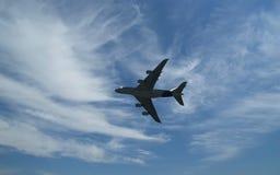 El aeroplano más grande en vuelo Imágenes de archivo libres de regalías
