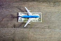El aeroplano miente en una tira de un dólar Pista de aterrizaje para los aeroplanos del dólar Fotos de archivo libres de regalías