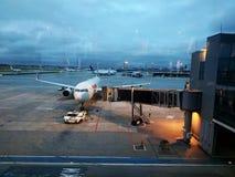 El aeroplano que es preparado para saca Fotos de archivo