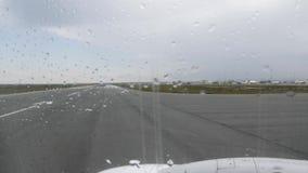El aeroplano saca la visión desde la ventana plana El aeroplano saca de la pista Vista del aeropuerto aunque el avión t del rato