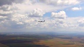 El aeroplano vuela delante de la cámara Opinión del ojo del ` s del pájaro metrajes