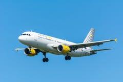 El aeroplano Vueling EC-LLJ Airbus A320-200 está volando a la pista Imágenes de archivo libres de regalías