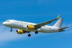 El aeroplano Vueling EC-MAI Airbus A320-200 está volando a la pista Fotos de archivo libres de regalías