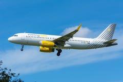 El aeroplano Vueling EC-MBS Airbus A320-200 está volando a la pista Foto de archivo