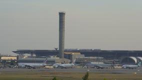 El aeropuerto de Suvarnabhumi, el aeropuerto es uno de servicio de dos aeropuertos internacionales de Tailandia almacen de metraje de vídeo