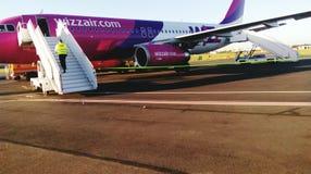 El aeropuerto del aeroplano del wizzair del aire llega imagen de la belleza Imagenes de archivo