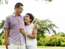 El afecto de la esposa del marido del abrazo adora la emoción Foto de archivo libre de regalías