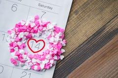 El afeitado del corazón asperja alrededor de Valentine Date en calendario con madera Imágenes de archivo libres de regalías