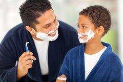 El afeitar del hijo del padre Fotos de archivo libres de regalías