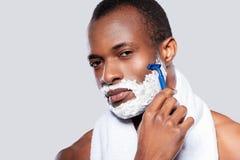 El afeitar del hombre. Foto de archivo