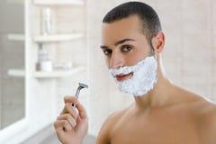 El afeitar del hombre Fotos de archivo libres de regalías