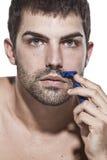 El afeitar del hombre joven Imagen de archivo