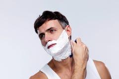 El afeitar del hombre joven Fotos de archivo