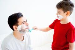 El afeitar del padre y del hijo Foto de archivo libre de regalías