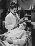 El afeitar del peluquero sirve la cara Fotografía de archivo