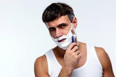 El afeitar hermoso del hombre Fotos de archivo libres de regalías