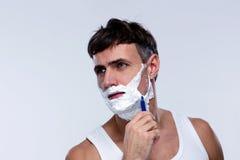El afeitar hermoso del hombre Fotos de archivo
