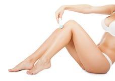 El afeitar largo de la pierna de la mujer Fotos de archivo
