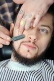 El afeitar pasado de moda del varón imagenes de archivo