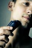 El afeitar por la máquina de afeitar eléctrica Imagenes de archivo