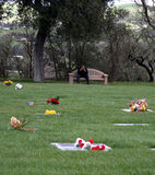 El afligirse en el cementerio fotos de archivo