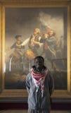 El africano visita a Abbot Hall para ver el alcohol de la pintura 76 de Archibald Willard, Marblehead, Massachusetts, los E.E.U.U Fotos de archivo