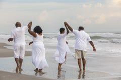 El afroamericano mayor feliz junta a mujeres de los hombres en la playa foto de archivo libre de regalías