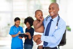 Bebé africano del doctor fotografía de archivo libre de regalías