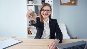 El agente inmobiliario de la mujer está dando las llaves a un apartamento a los clientes metrajes