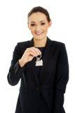 El agente inmobiliario está dando los claves a un apartamento Fotografía de archivo