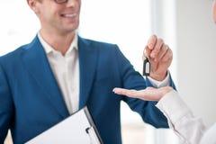 El agente inmobiliario masculino alegre está haciendo un trato Fotos de archivo
