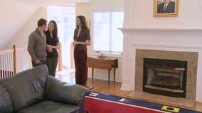 El agente inmobiliario muestra a casa (4 de 5) almacen de video